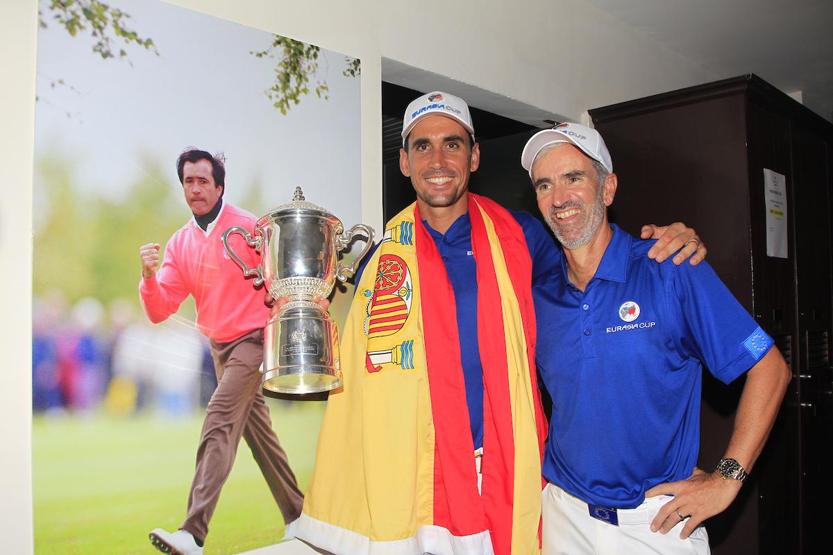Rafa Cabrera Bello y su caddie posan con el trofeo de la EurAsia Cup ganado por el equipo europeo. © Golffile | Thos Caffrey