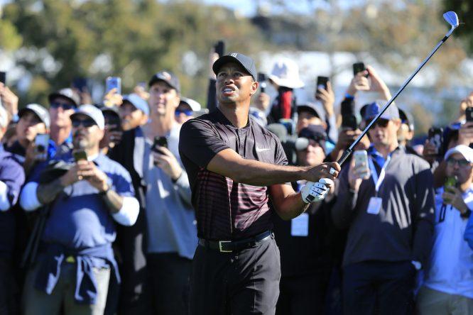 Tiger Woods pega su segundo golpe en su primer hoyo en el Farmers Insurance Open. © Eoin Clarke | Golffile