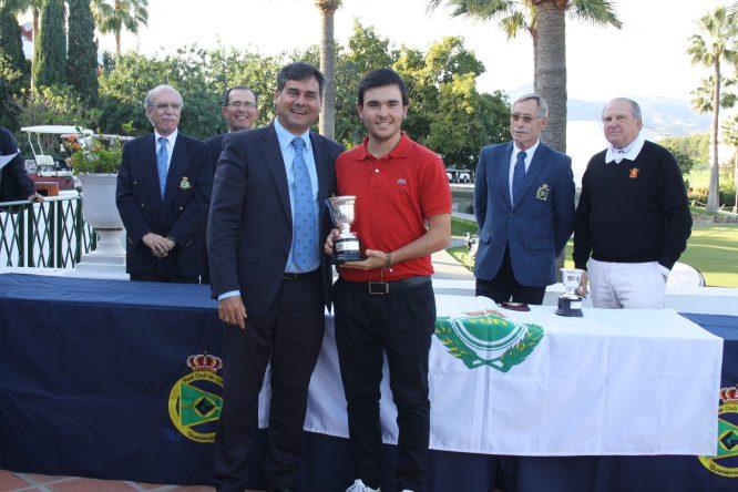 Ángel Hidalgo recibe el trofeo de campeón de manos de Pablo Mansilla, presidente de la Federación Andaluza de Golf.