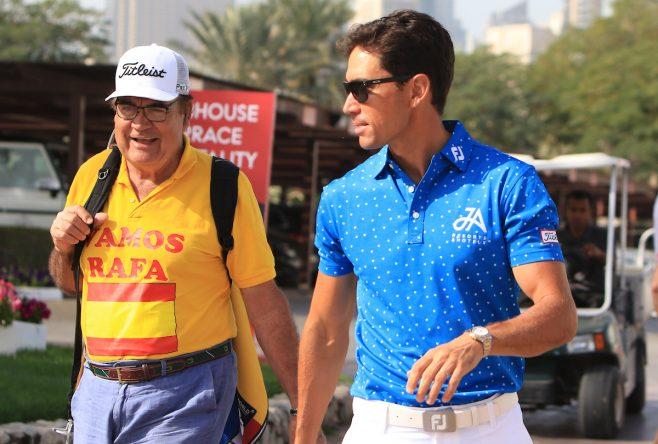 Rafa Cabrera Bello, junto a su padre, poco antes de la cuarta ronda del Omega Dubai Desert Classic. © Thos Caffrey   Golffile