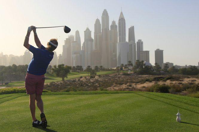 Miguel Ángel Jiménez en el hoyo 8 del Emirates Golf Club durante la previa del Omega Dubai Desert Classic. © Golffile | Thos Caffrey