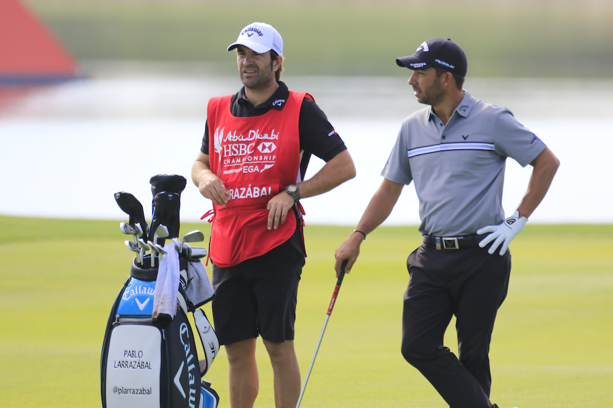 Pablo Larrazábal y su caddie Raúl Quirós durante el Abu Dhabi HSBC Championship. © Golffile | Phil Inglis