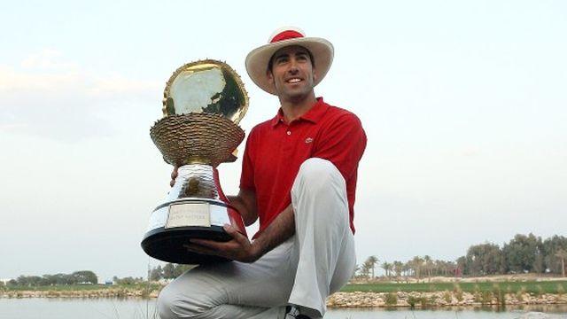 Álvaro Quirós, primer español en lograr el triunfo en Doha, posa con el trofeo de ganador del Qatar Masters 2009.