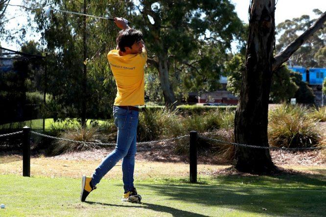 Carlos Sainz, jugando al golf en Melbourne