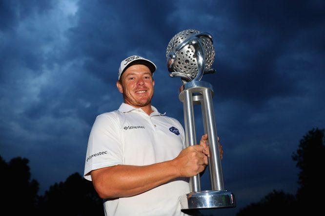 George Coetzee posa con el trofeo de ganador del Tshwane Open. © Twitter European Tour.
