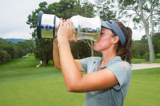 Meghan MacLaren bebe champán del trofeo de campeona del NSW Open. © Tristan Jones