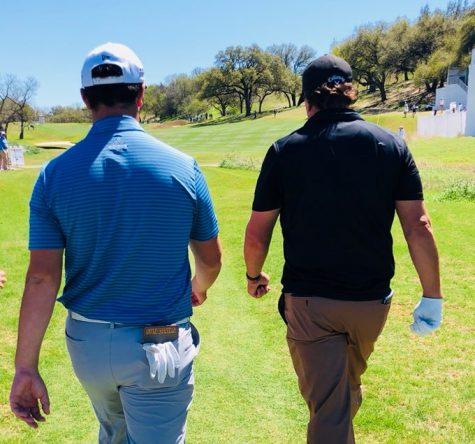 Jon Rahm y Phil Mickelson, ayer durante la ronda de prácticas en el Austin Country Club. © Ben Everill