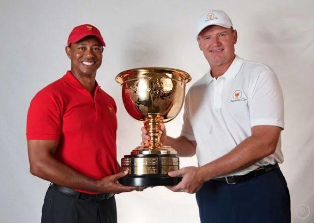 Tiger Woods y Ernie Els posan con la copa de la Presidents durante el anuncio de que serán los capitanes en 2019.