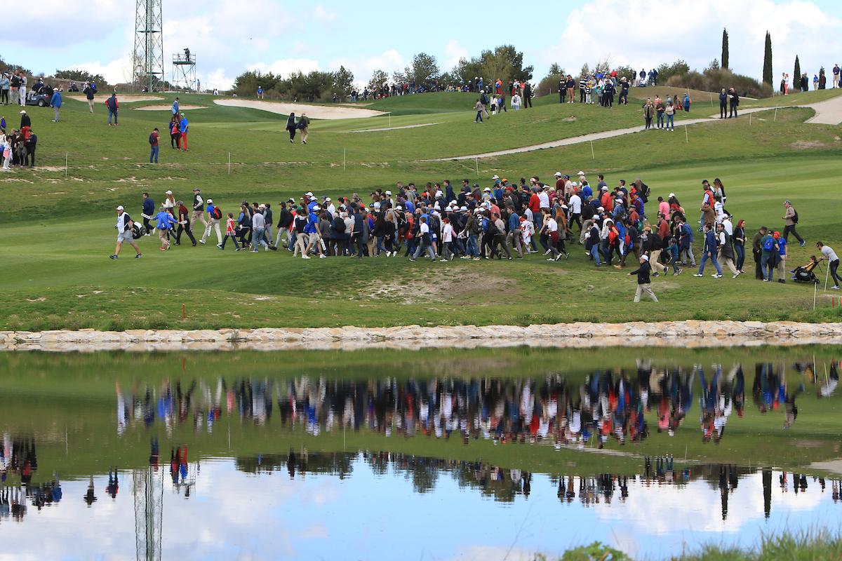 Público cruzando el hoyo 12 del Centro Nacional del Golf. © Golffile   Thos Caffrey
