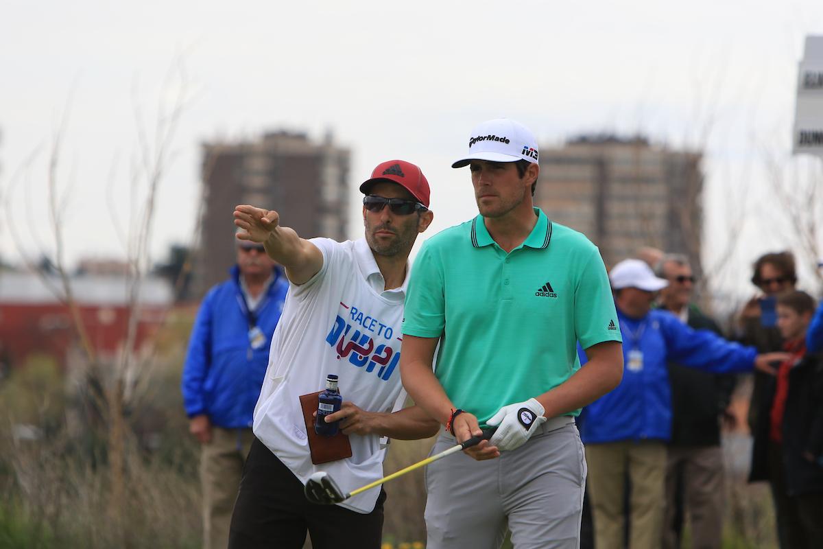 Nacho Elvira y su caddie Diego Suazo en la jornada final en el Centro Nacional. © Golffile | Thos Caffrey