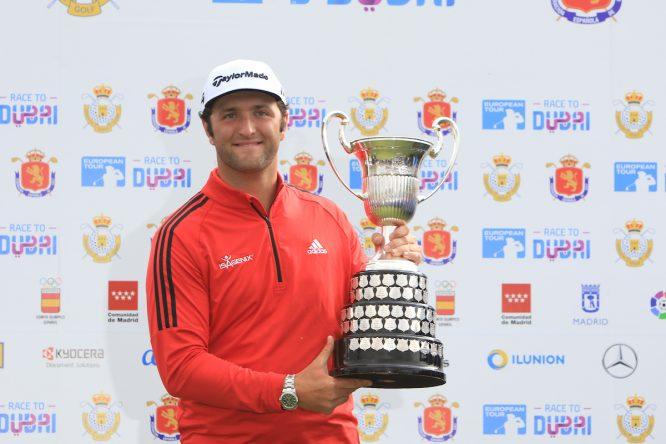 Jon Rahm posa con la copa de campeón del Open de España en Madrid. © Thos Caffrey | Golffile