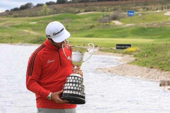 Jon Rahm posa con el trofeo de ganador del Open de España. © Golffile   Thos Caffrey