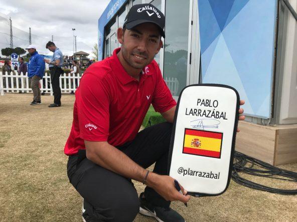Pablo Larrazábal enseña su regalo especial para el campeón del Open de España de Tengolf THE GAME. © Tengolf