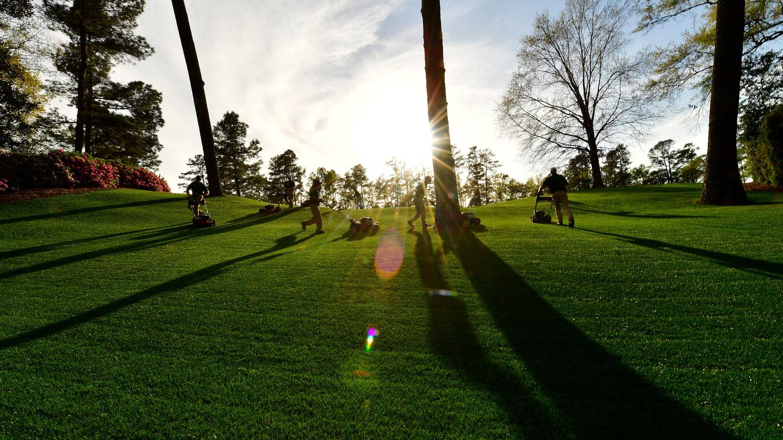Operarios de Augusta trabajan poniendo a punto cada brizna de hierba en Augusta. © Masters