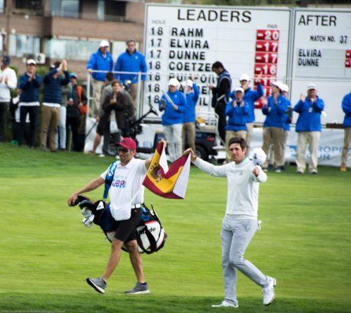 Nacho Elvira y Diego Suazo despliegan la bandera ante el público que abarrotaba el hoyo 18. © Twitter