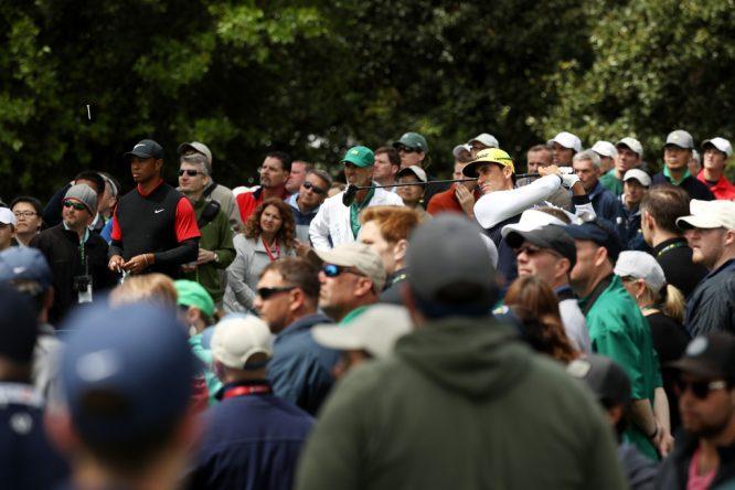 Rafa Cabrera Bello y Tiger Woods en la última ronda del Masters.