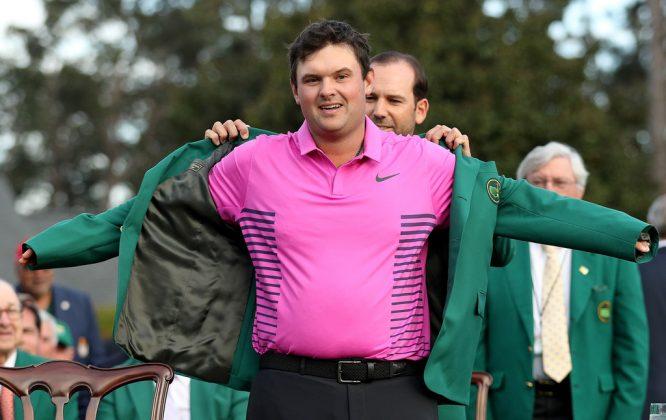 Sergio García coloca la Chaqueta Verde a Patrick Reed.
