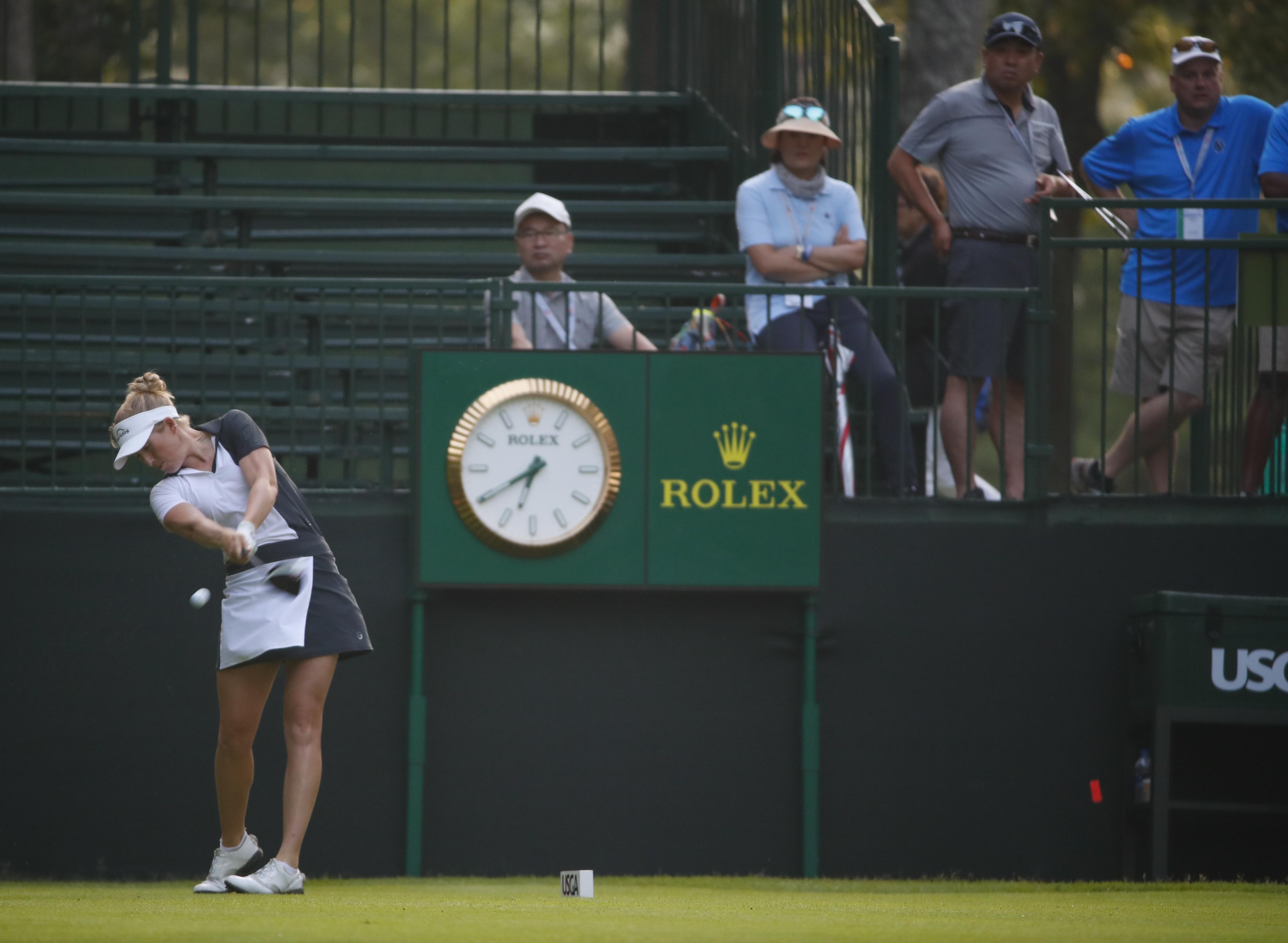 Casey Danielson pega el primer golpe del US Open esta mañana a las 6.40. © USGA/Jeff Haynes