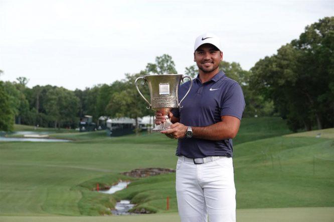 Jason Day posa con el trofeo de ganador del Wells Fargo Championship. © Twitter PGA Tour