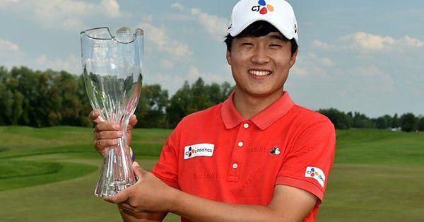 Minkyu Kim, con el trofeo de ganador del Czech Challenge. © Twitter Challenge Tour