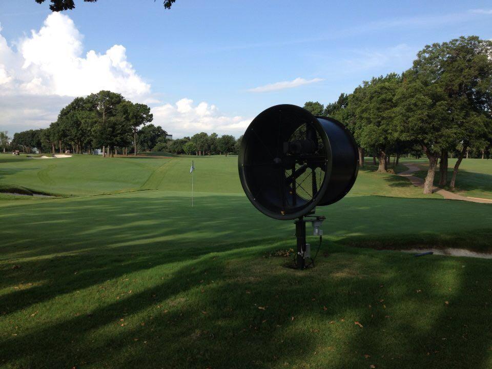 Uno de los ventiladores que la USGA está colocando en el campo del US Open para intentar secar los greenes de Shoal Creek.