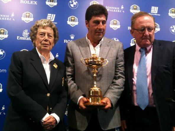 Emma Villacieros, junto a José María Olazábal, Richard Hills y el trofeo de la Ryder Cup.
