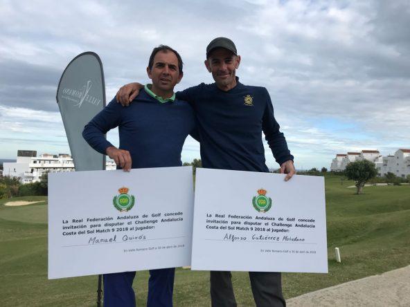 Manuel Quirós y Alfonso Gutiérrez posan con el cheque que acredita su clasificación para el Andalucía Costa del Sol Match Play 9. © RFGA