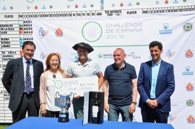 Oscar Lengden posa con el trofeo y la txapela de campeón en el Challenge de España 2018.
