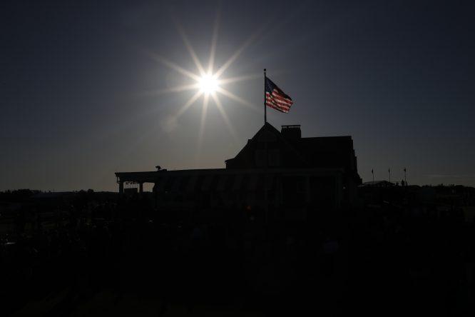 El sol se eleva sobre la casa club de Shinnecock Hills minutos antes de comenzar la primera ronda del Us Open. Copyright USGA/Jeff Haynes