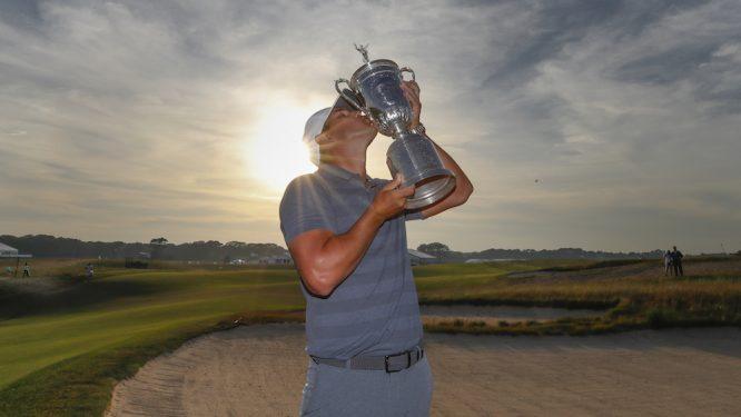 Brooks Koepka besa el trofeo de campeón en el US Open. Copyright USGA/Jeff Haynes