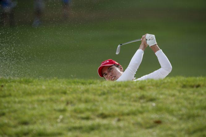 Carlota Ciganda, desde el búnker, hoy en la segunda ronda del US Open. © Copyright USGA/Jeff Haynes