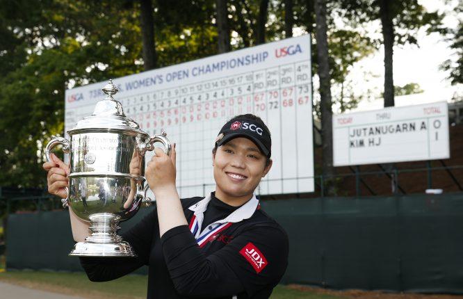 Ariya Jutanugarn posa con el trofeo que tanto le costó conquistar. Copyright USGA/Darren Carroll