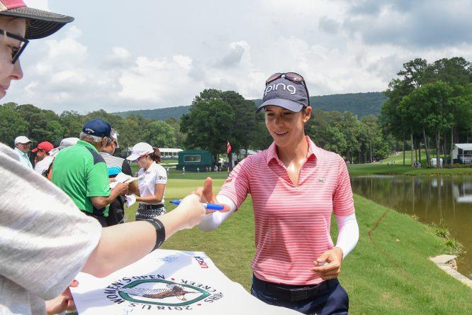 Azahara, firmando autógrafos © Golffile | Ken Murray