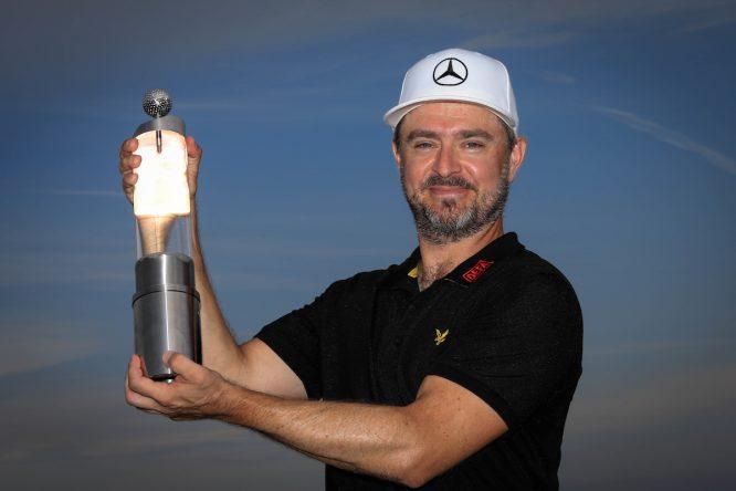 Mikko Korhonen posa con el trofeo de campeón en Austria. © Golffile | Phil Inglis
