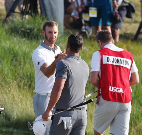 Dustin Johnson felicita a Brooks Koepka tras su victoria en el US Open 2018. © Golffile | Brian Spurlock