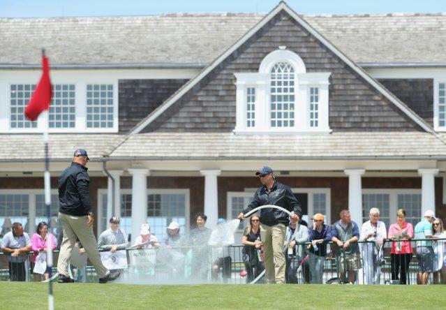 Jardineros de Shinnecock riegan esta semana los greenes del US Open.