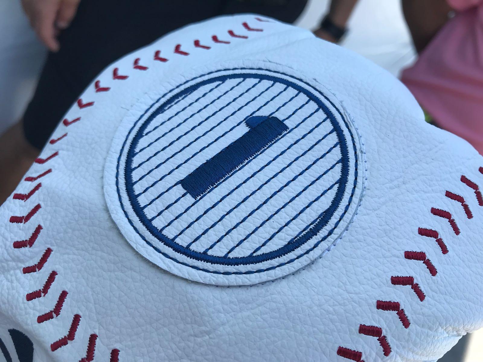 La funda del driver de Jon Rahm con los colores de los Yankees de béisbol. © Tengolf