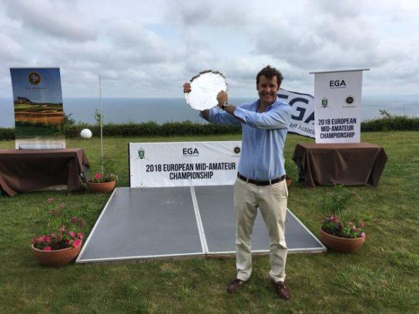 Carlos de Corral posa con el trofeo de campeón.
