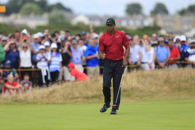 Tiger Woods saca el puño para celebrar su putt de birdie en el hoyo 4. © Eoin Clarke | Golffile