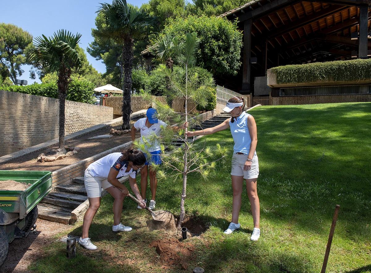 Natalia Escuriola, María Palacios y Silvia Bañón plantando un árbol en el Club de Golf Escorpión memoria de Emma Villacieros.