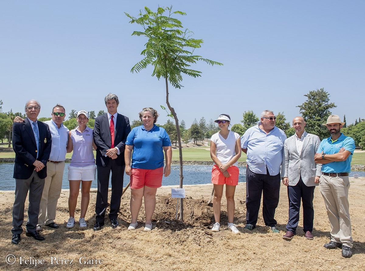 Ana Belén Sánchez, Laura Gómez y Patricia Lobato, pico y pala en mano, plantaron un árbol en memoria de Emma Villacieros.