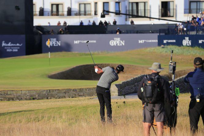 Tony Finau, llegando al hoyo 18 en uno de los últimos partidos del día. © Golffile | Eoin Clarke