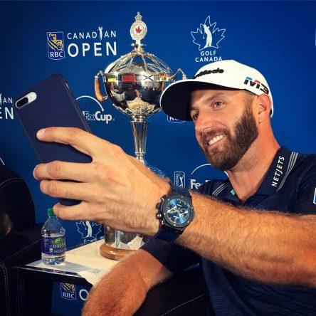 Dustin Johnson se hace una foto con el trofeo de campeón al más puro estilo de la NBA.