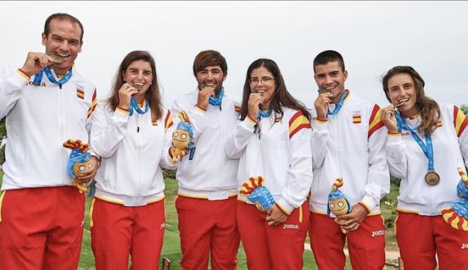 Mario Galiano posa mordiendo la medalla de oro de los Juegos Mediterráneos junto a todo el equipo. © Mario Galiano