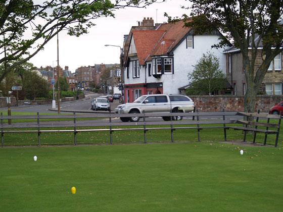 Imagen del tee del hoyo 1 de Gullane 1 cuando no hay torneo.