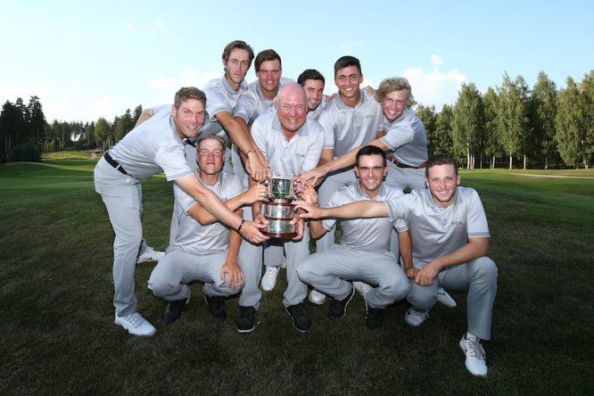 Ángel Hidalgo posa con el equipo de Europa Continental y el trofeo del St Andrews Trophy. © Jan Kruger | Getty Images