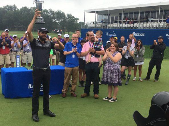 Troy Merritt posa con el trofeo de campeón del Barbasol Championship 2018.