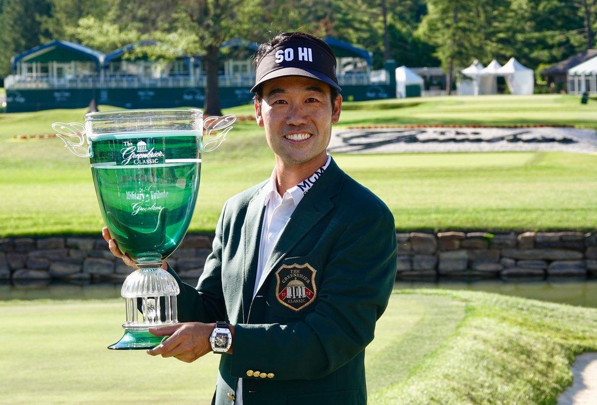 Kevin Na posa con el trofeo de campeón. © PGA Tour