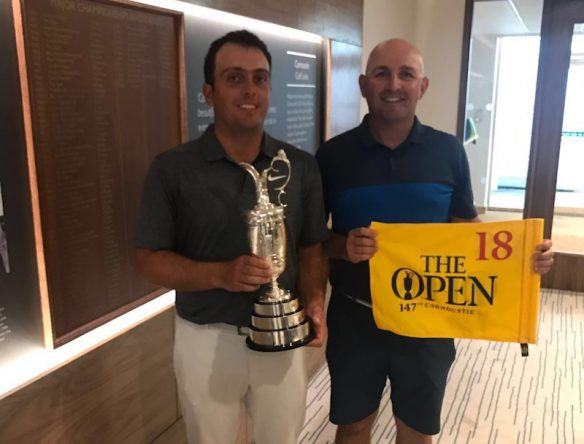Pello y Francesco posan en la casa club de Carnoustie con el trofeo y la bandera del hoyo 18. © Pello Iguarán