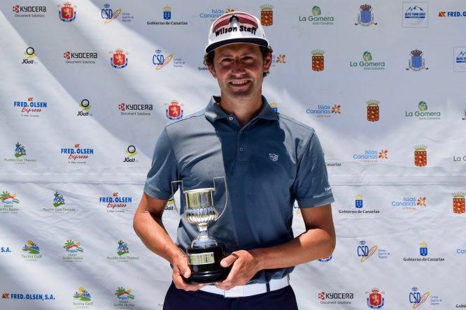 Alfredo García-Heredia posa con el trofeo de ganador del Fred Olsen Alps de la Gomera.